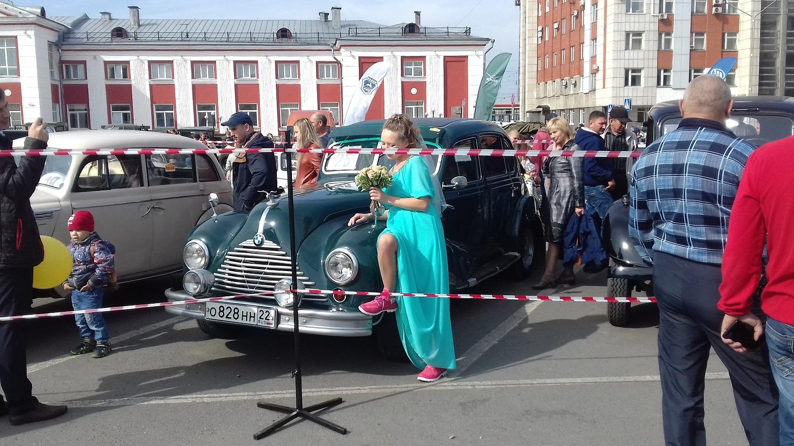 Красивых девушек привлекают красивые автомобили